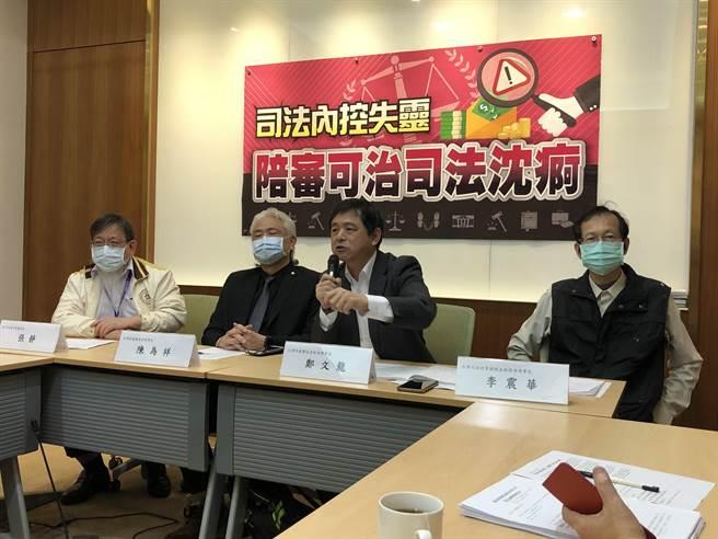 台灣陪審團協會上午舉行「司法內控失靈 陪審可治司法沉痾」記者會。(趙婉淳攝)