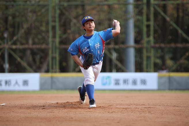 福林國小先發投手高施諠雖然控球不穩,不過龜山國小總教練李政達看好有未來性。(中華棒協提供)