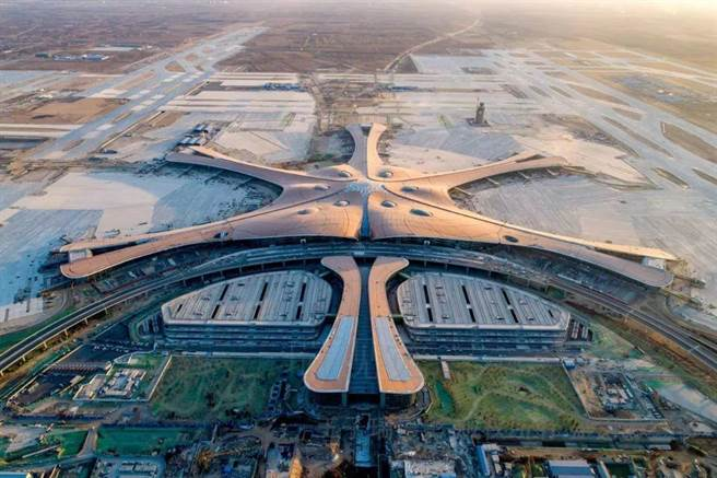 從北京首都機場、大興機場出行,健康碼不會變紅。圖為大興機場。(新華網)