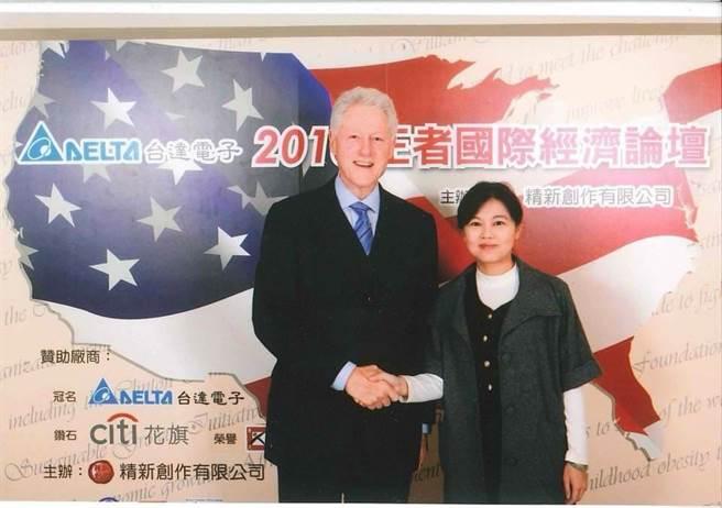 美国前总统柯林顿(左)、国民党台北市议员游淑慧(右)。(图/取自游淑慧脸书)