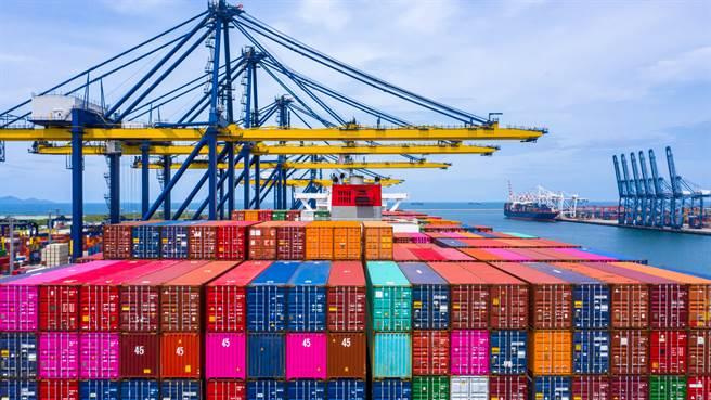 航運缺櫃、北美港口壅塞等問題,恐因快桅旗下運力13100櫃船隻750櫃落海、在美滯留時間延長而惡化。(示意圖/達志影像shutterstock)