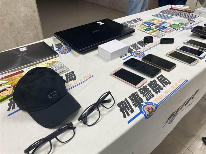 警方查獲涉案信用卡及相關卡片35張、信用卡側錄機4台、側錄工具、盜刷商品Airpods Pro 耳機、筆記型電腦、做案偽裝用眼鏡、外套、背包、帽子等贓證物。(林郁平攝)