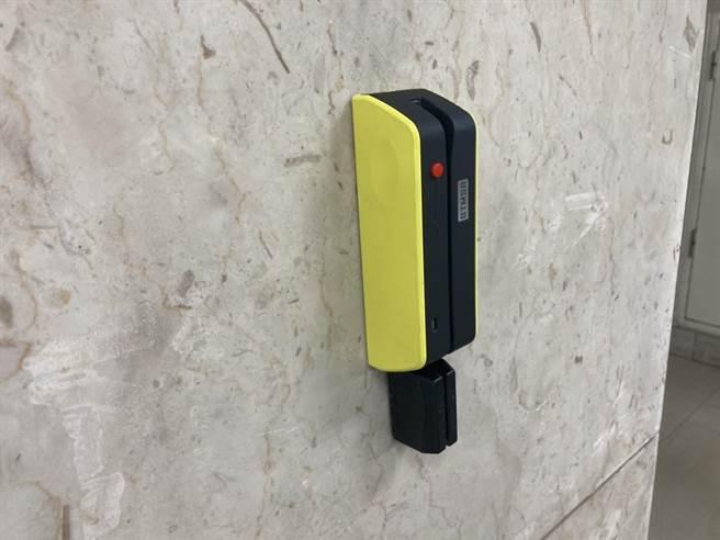 嫌犯在停車場刷卡機上裝上側錄設備,盜取內碼後製成偽卡盜刷。(林郁平攝)