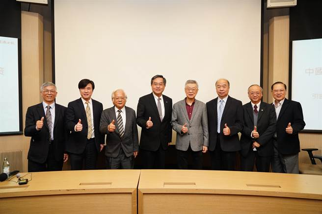 陳冲應文大與台北經營管理研究院合辦的「2021世界經濟走向與對策論壇」之邀,以「世界經貿環境與對策」為題發表專題演講。(文化大學提供/李侑珊台北傳真)