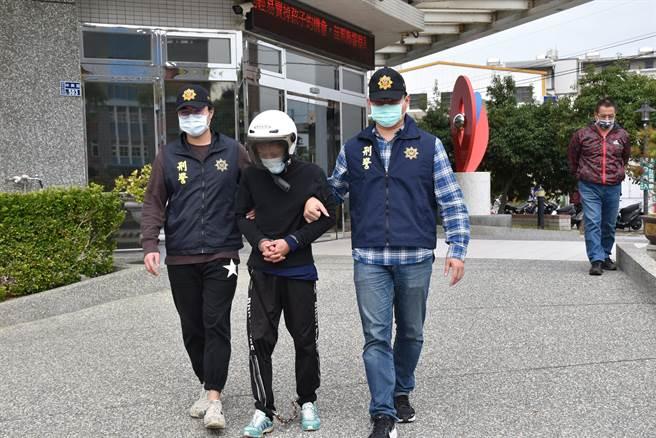 頭份警分局21日逮捕連續行竊透天民宅梁姓慣竊,偵查隊警務員戴聖隆(右,著紅衣)獨力壓制逮捕梁嫌。(謝明俊攝)