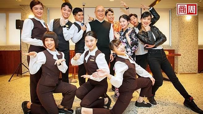 鼎泰豐董事長楊紀華(後排中間)眼看員工曾是雲門舞集舞者、國劇系學生等,決定用舞台劇讓大家再次站上舞台。(圖/郭涵羚攝)