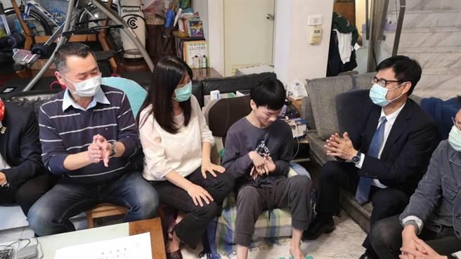 高雄市長陳其邁22日下午前往蔡東霖家中探視關懷他,肯定父母在每一段學習成長歷程給予東霖滿滿的愛,支持他勇敢克服障礙,活出精采人生。(林雅惠攝)