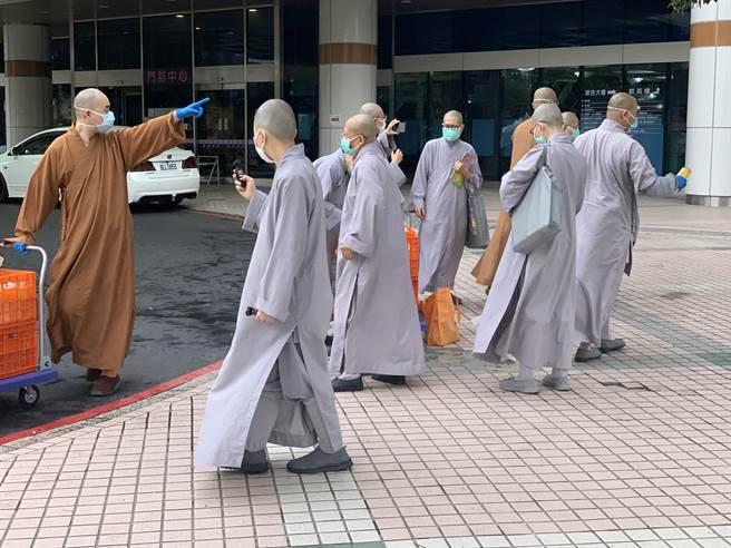功德山法師一行人約10多人,一同到部桃進行灑水祈福儀式。(姜霏攝)