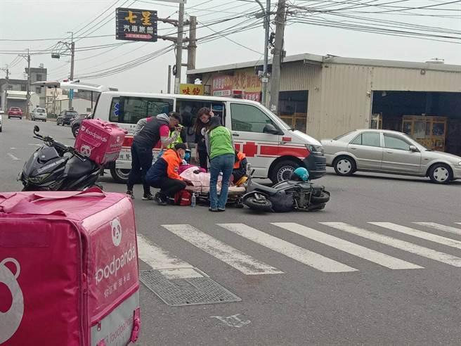 美食外送員和醫護人員機車撞個正著, 兩人輕傷送醫。(賴清美提供/吳敏菁彰化傳真)