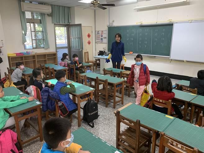 在疫情還沒有舒緩下,縣府教育處要求師生勤於消毒並配戴口罩,提升防護能力。(本報資料照/王志偉花蓮傳真)