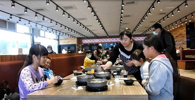 善心劉萬居夫婦,發心招待100多名師生吃香噴噴的火鍋,愛心加料,滋味特別讓人溫暖。(吳敏菁攝)