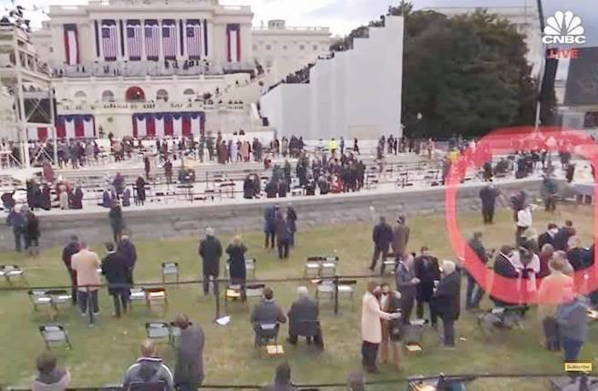 臉書上有網友提供一張美國CNBC電視台現場轉播截圖,圖中明顯標出蕭美琴在現場所站的位置,很清楚地看出蕭美琴正在現場拍照,其衣著樣式顏色與場景相關位置與蕭美琴公布的照片非常一致。(圖/臉書)