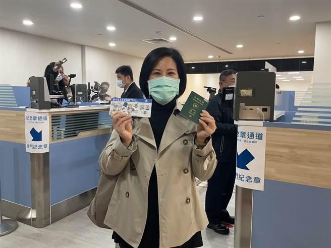 「遊金門、類出國」旅客拿護照通關好開心!(縣府提供)