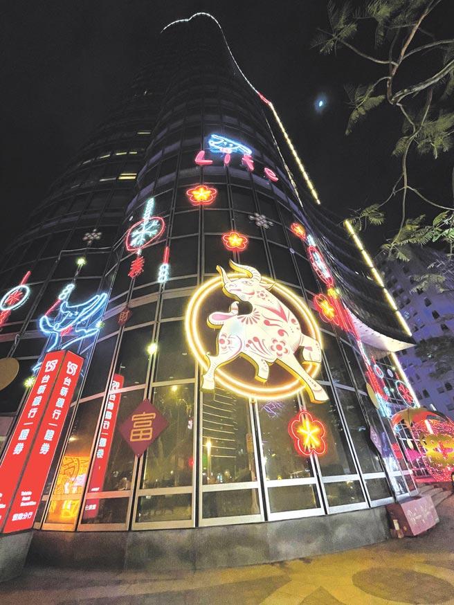 台新金控大樓玻璃牆上超過4米的豪氣金牛,代表著金牛年「牛來運轉、牛市再臨」。圖/台新金控提供