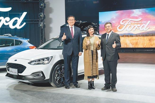 福特六和總裁邴兆齊(左起)、金獎影后林依晨、營銷服務處副總蘇嘉明聯袂發表All-New Ford Focus Active,好動版及任性版售價各為83.9萬及89.9萬元。圖/業者提供