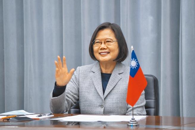 蔡英文總統發文表示,她代表台灣人民,向美國總統拜登及副總統賀錦麗表達誠摯祝賀。圖為蔡英文在總統府與美駐聯合國大使視訊時的畫面。(總統府提供)