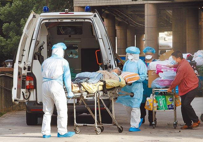 部立桃園醫院爆發新冠肺炎院內群聚感染,引發各界恐慌,住院病患在醫護人員陪同下,搭乘救護車轉院。(范揚光攝)