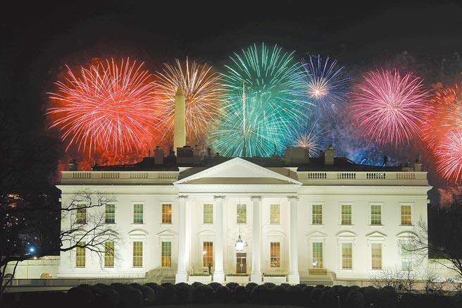 拜登就任總統,許多傳統慶祝遊行活動改在線上舉行甚至取消,不過當晚白宮上空仍施放煙火歡迎新總統到來。(路透)