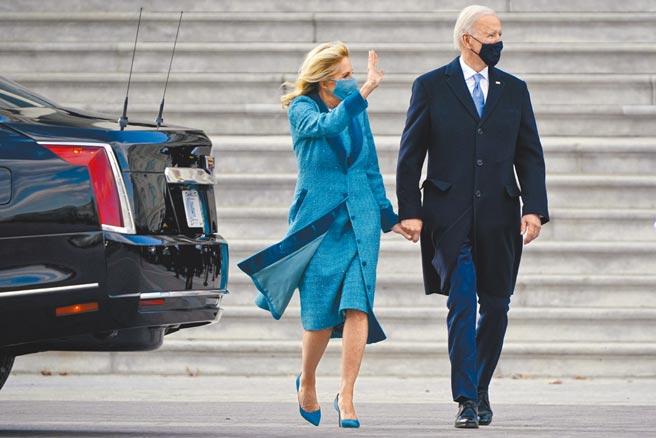 拜登夫妻美國總統拜登就職當天,身穿海軍藍Ralph Lauren,第一夫人吉兒穿著美國設計師品牌Markarian,端莊大方顯氣質。(美聯社)