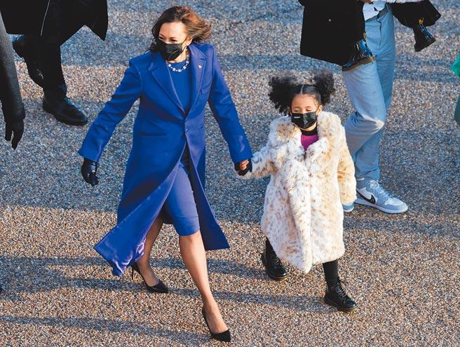 賀錦麗副總統賀錦麗刻意身穿黑人設計師品牌,象徵美國的族群包容,她牽著侄女走向白宮。(路透)