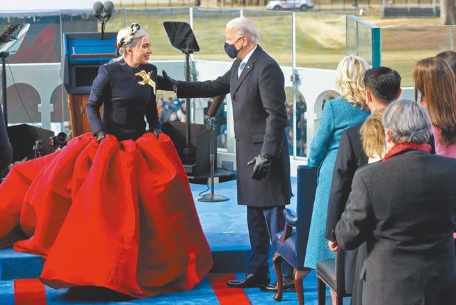 女神卡卡歌手Lady Gaga現身美國總統就職典禮,穿上法國高訂品牌Maison Schiaparelli,演唱美國國歌。(路透)