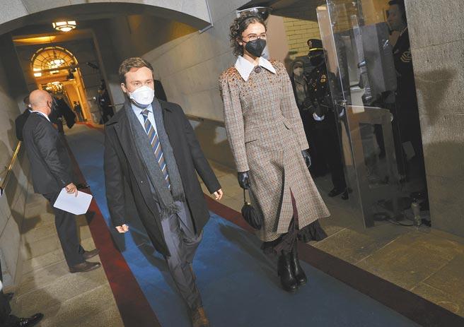 賀錦麗繼女副總統賀錦麗的繼女Ella Emhoff,身為Parsons高材生,挑選Miu Miu外套呈現隆重感,贏得媒體關注。(美聯社)