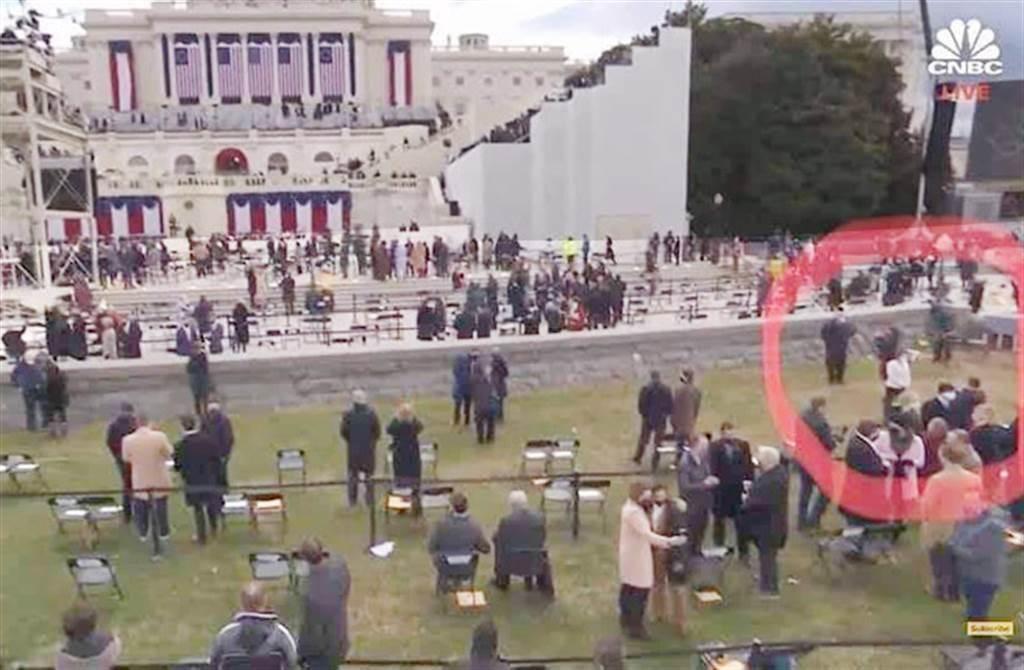 臉書上有網友提供一張美國CNBC電視台現場轉播截圖,圖中明顯標出蕭美琴出席拜登就職典禮所站的位置,很清楚看出蕭美琴正在現場拍照,她的衣著樣式顏色與場景相關位置與蕭美琴公布的照片非常一致。(圖/臉書)