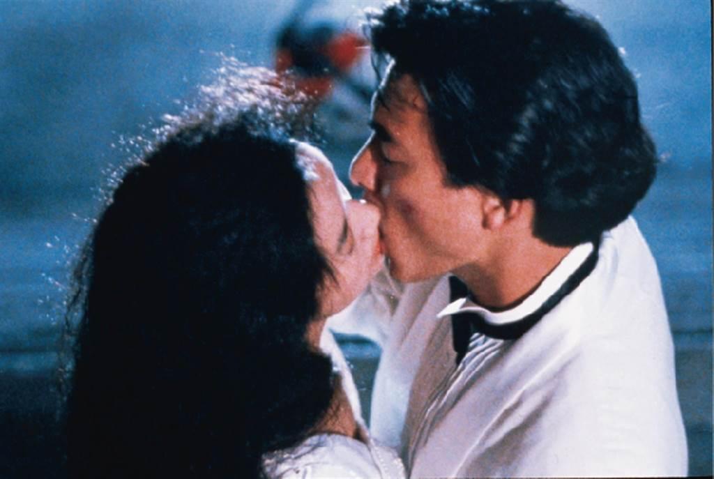 吳倩蓮、劉德華在《天若有情》有許多親密戲。(華映提供)