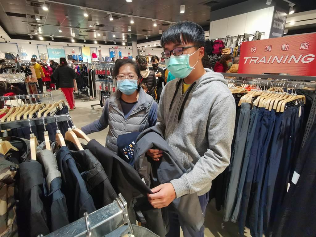 台南家扶扶助家庭黃媽媽(左)帶兒子選購新衣