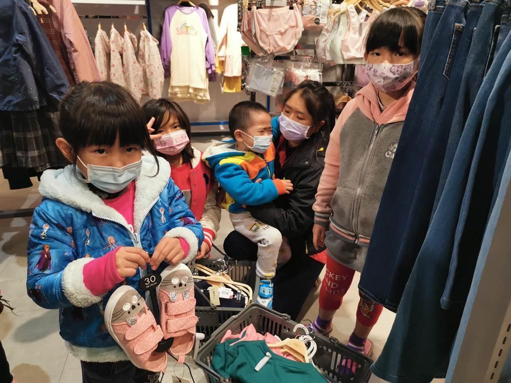 陳姓媽媽(右二)帶著4名小孩挑選衣服。(劉秀芬攝)