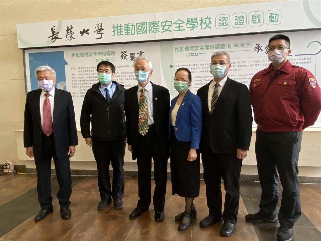 台南市長黃偉哲(左二)、台南市警察局長方仰寧(右二)也一起簽署安全承諾書。(曹婷婷攝)