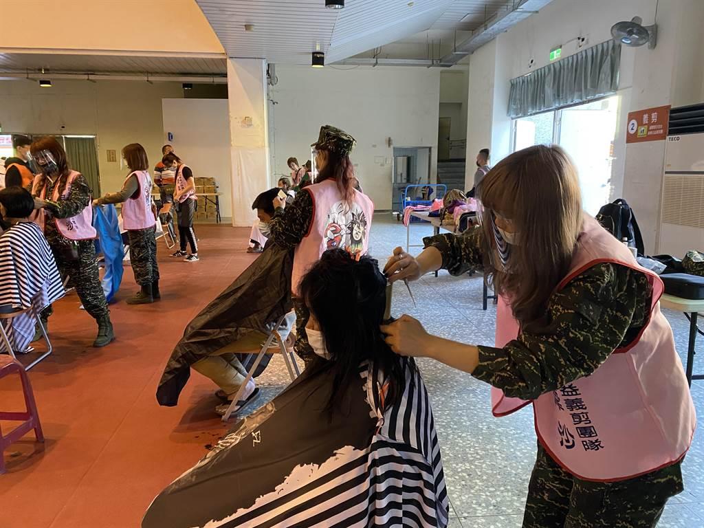 爾摩沙全台美業公益義剪團,23日在埔里國中付出個人的休假時間,共襄盛舉于美人偏遠地區弱勢關懷協會辦理的善心活動。(黃立杰攝)