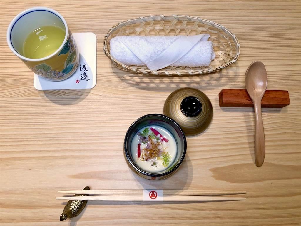以「白花椰菜濃湯」作為開場,香濃暖胃。(何書青攝)