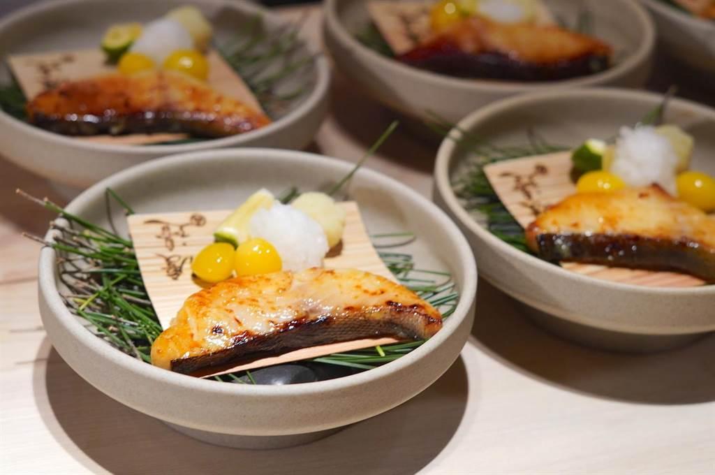 「銀鱈西京燒」將銀鱈特地用顆粒較大的京都味增長時間醃漬,搭配炸過的銀杏及地瓜泥,風味香濃又解膩。(何書青攝)