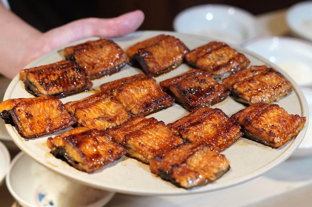 油脂豐富的鰻魚沾上主廚秘製的香濃醬汁,烤出焦香誘人的日式鰻魚。(何書青攝)