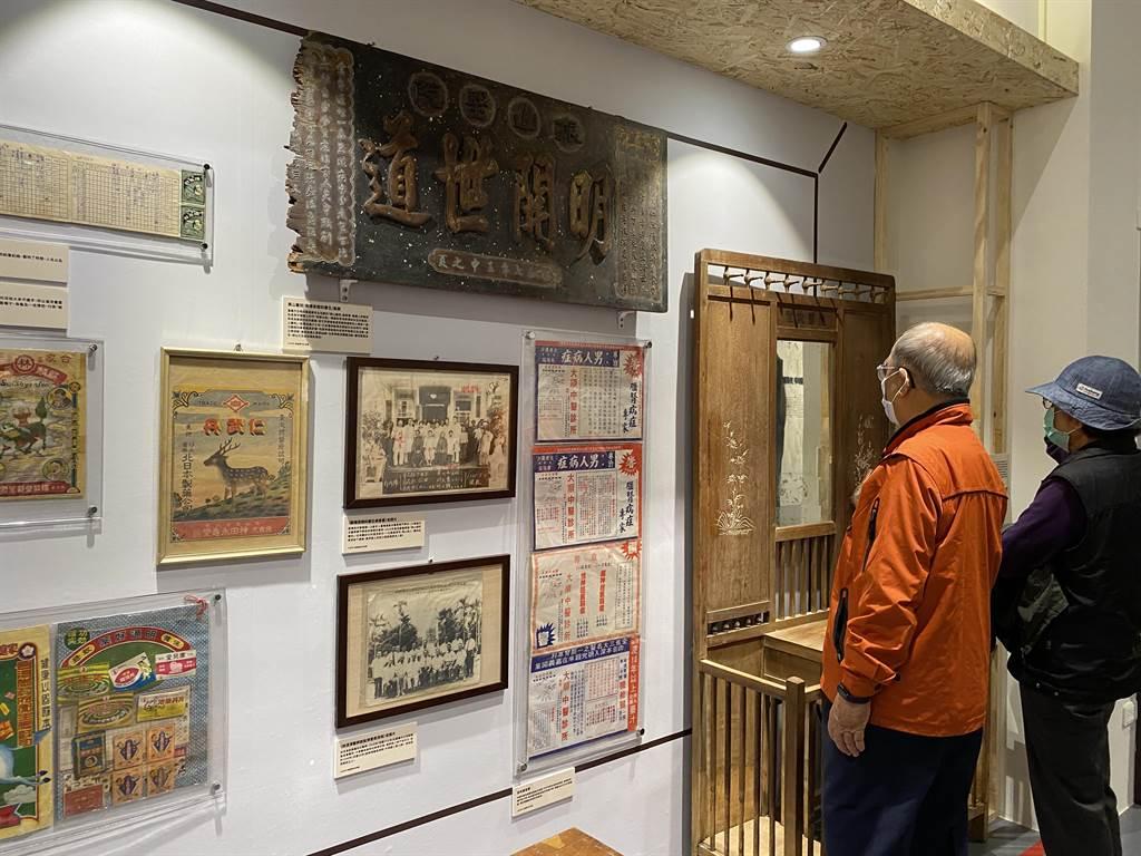嘉義市立博物館開幕特展老醫館的文物吸引民眾憶當年。(廖素慧攝)