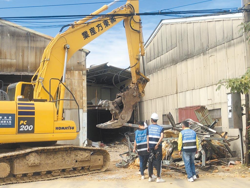 消防局、工務局及拆除大隊等機關到場同步實施稽查,確認違建後立即拆除,預計在27日前完全拆除。(新莊警分局提供/李俊淇新北傳真)