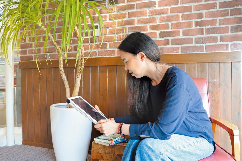 新冠疫情衝擊下,電子書「因禍得福」,新北市圖書館去年借閱量攀增4成、共達31萬7000冊,創下歷年新高。(許哲瑗攝)