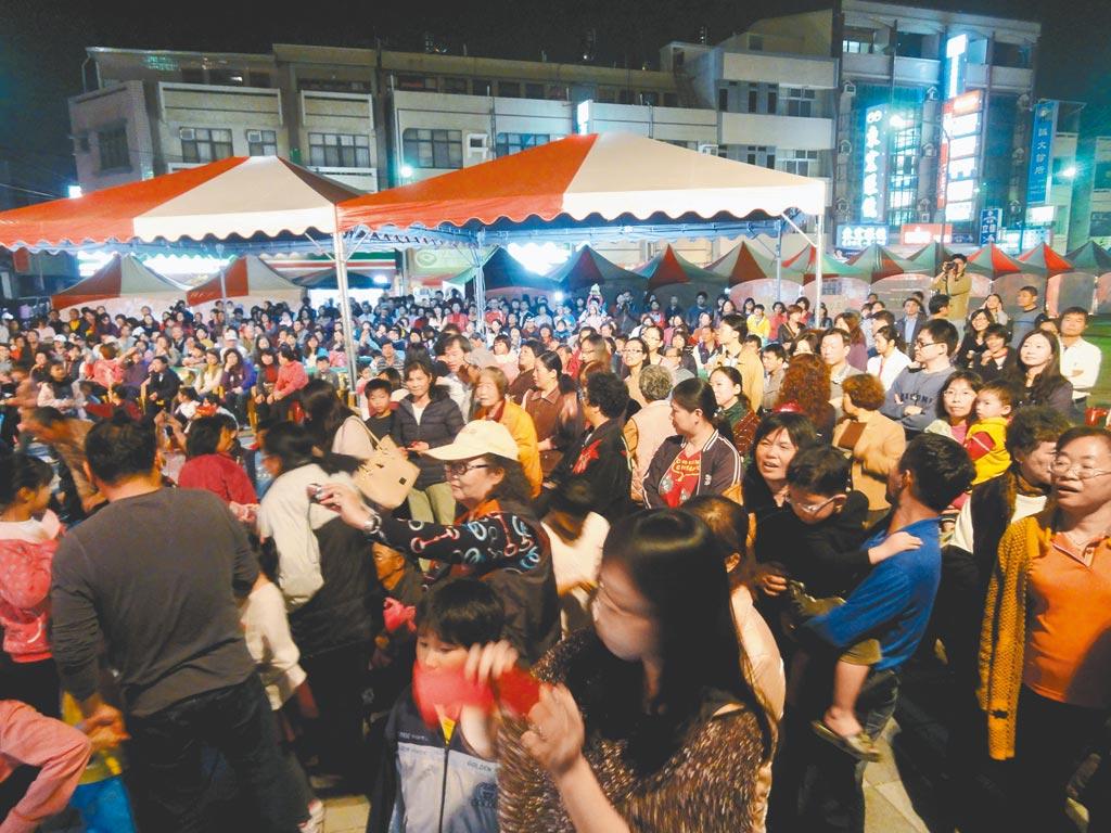 台南市新化年貨大街每年都吸引大批人潮,摩肩接踵採買年貨。(本報資料照片)