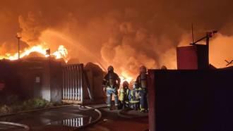 桃園資源回收廠暗夜大火 燃燒面積達10個籃球場 警消連夜灌救
