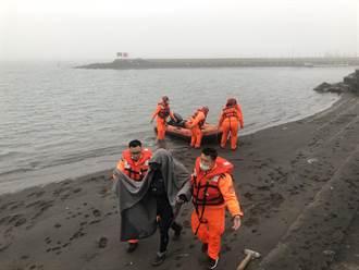 忘情钓鱼忽略涨潮被淹至胸口无人知 海巡以车追人紧急救援