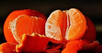 吃完橘子手指被染紅 她用紙巾一擦傻眼:還有刺鼻味