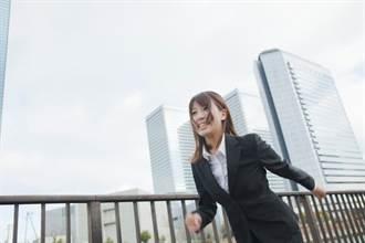 女趕上班狂奔進公司 警衛一路追趕噴消毒液 11秒影片網瘋傳