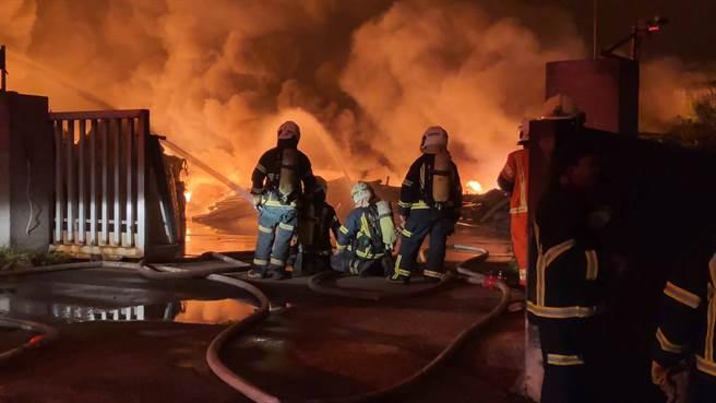 桃園資源回收廠暗夜大火 燃燒面積達10個籃球場 警消連夜灌救(民眾提供)