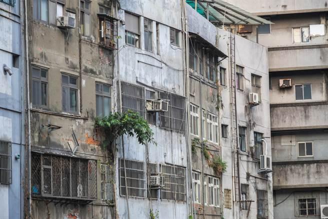 日籍女友住台灣半年後,對台灣的美好印象幻滅,因為市容實在不好看,常常看到髒髒舊舊的老房子。(示意圖/Shutterstock)