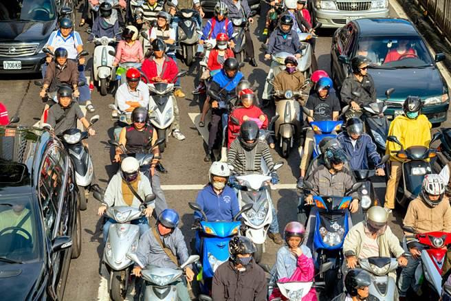 原本超愛台灣的日籍女友,來台灣居住半年,過馬路險被機車撞到,讓她覺得台灣交通很可怕,幾乎跟去越南旅遊的經驗一樣。(示意圖/Shutterstock)