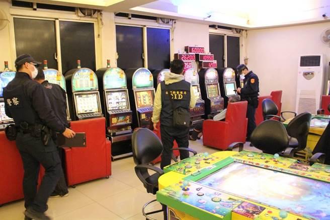 金門警方22日擴大臨檢,目標鎖定網咖、撞球場、電子遊樂場,嚴防青少年飆車、吸毒和吸菸等偏差行為。(警方提供)