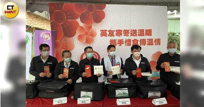 「總統表哥」、三圓建設董事長王光祥(右一)低調現身與小英之友會做公益。(圖/記者陳大智攝)