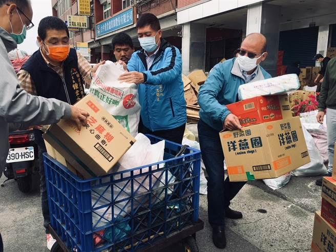 台中市議長張清照(右一)出錢出力,並協助梧棲寒冬送暖活動搬運物資。(王文吉攝)