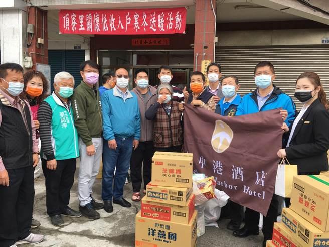 台中市梧棲區頂寮里舉辦寒冬送暖活動,今年有20多家企業贊助物資。(王文吉攝)